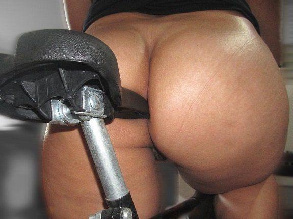Amadora gostosa pelada na bicicleta