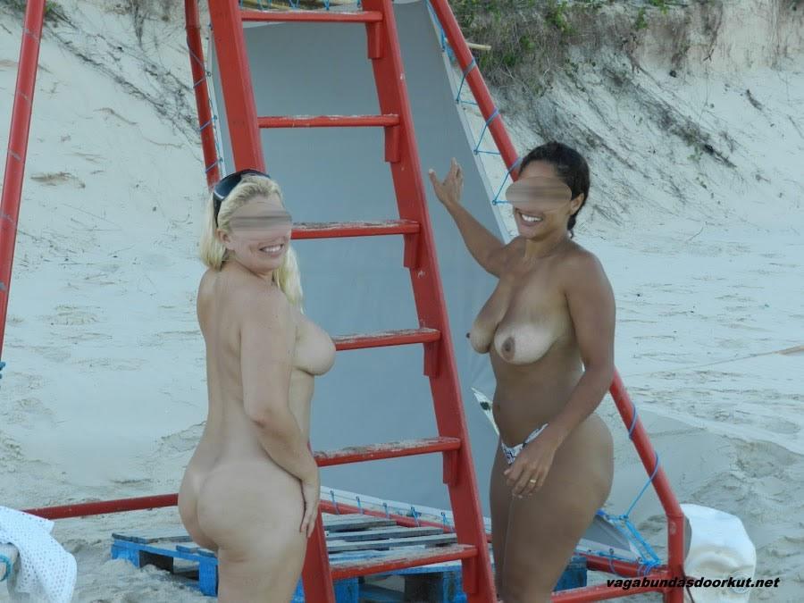 Esposas-gostosas-e-peladas-na-praia-2