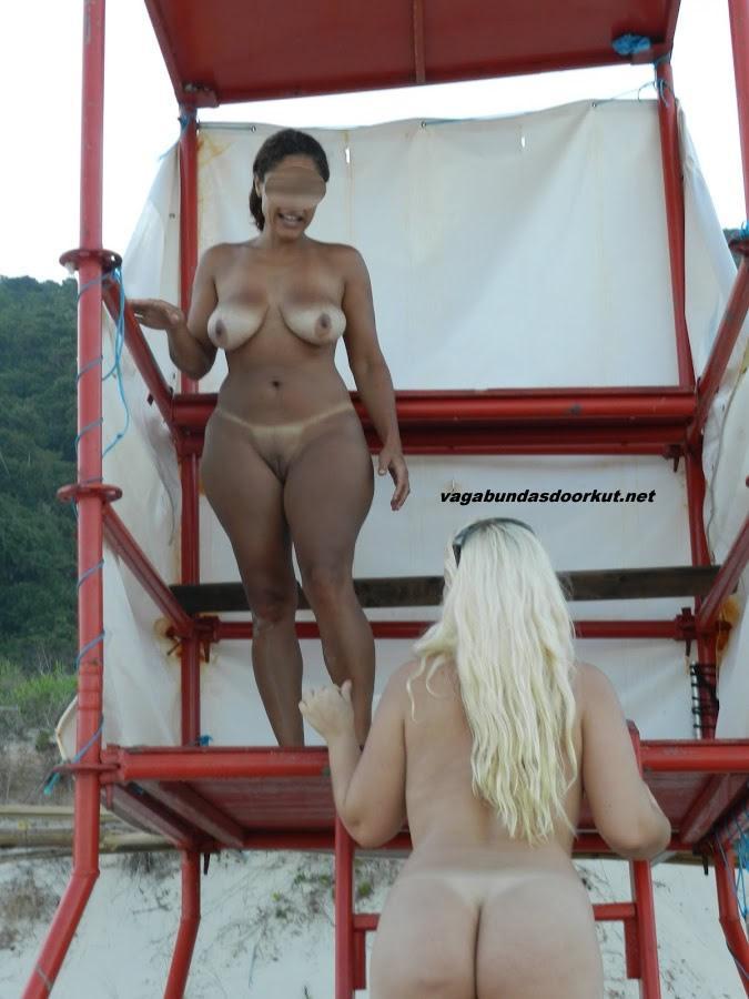 Esposas-gostosas-e-peladas-na-praia-6
