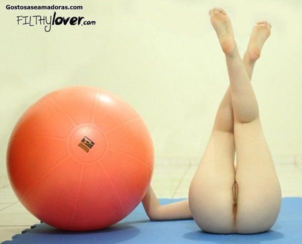 Esposa-peladinha-fazendo-pilates-em-casa-1