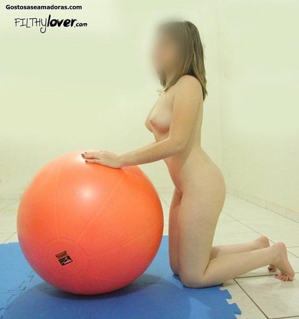 Esposa-peladinha-fazendo-pilates-em-casa-14