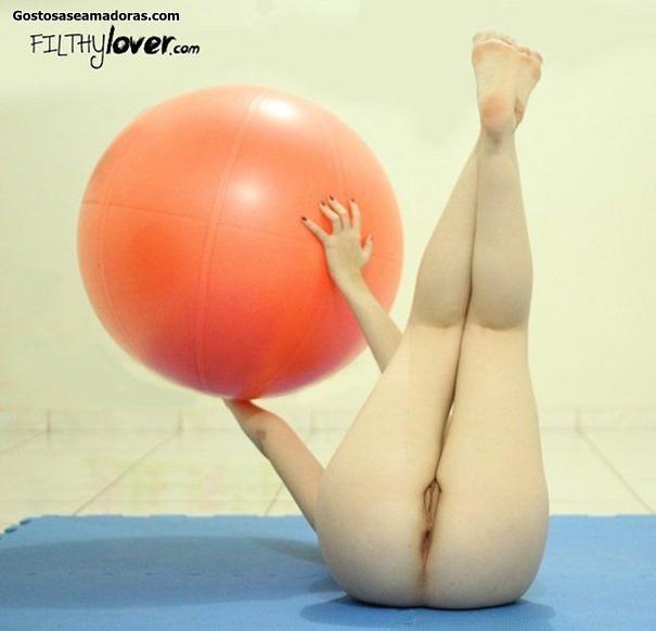 Esposa-peladinha-fazendo-pilates-em-casa-2