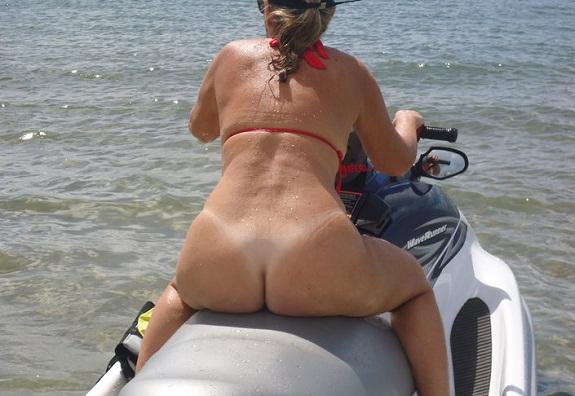 Coroa gostosa se exibindo pelada na praia