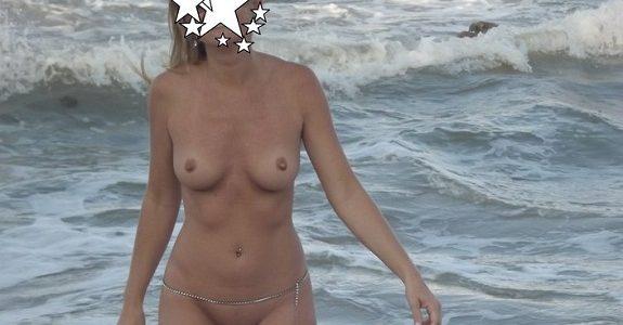 Magrinha casada deliciosa peladinha na praia