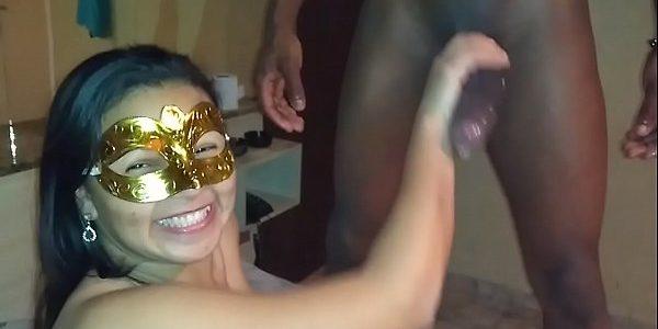 Nana putinha toda feliz com caralho do negrão (Vídeo)