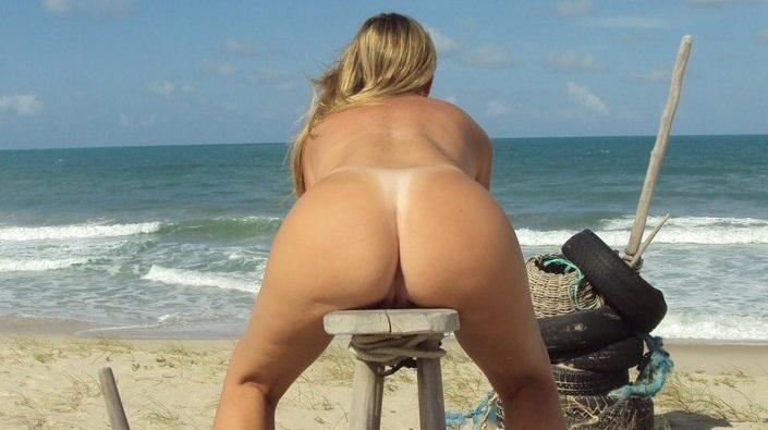 Loira de corno manso pelada na praia