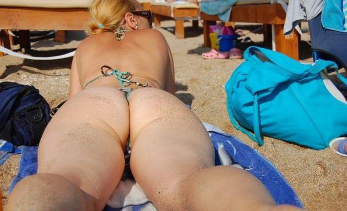 Loira exibicionista casada de ferias na praia