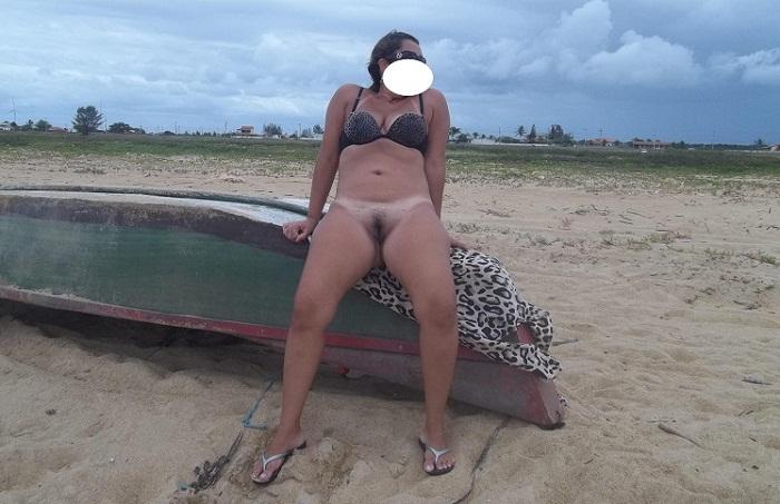 Coroa rabuda gostosa pelada na beira da praia