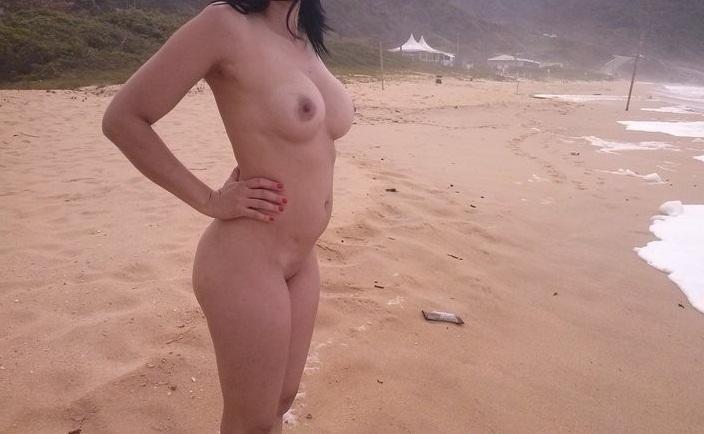Esposa branquinha pegando um bronzeado na praia