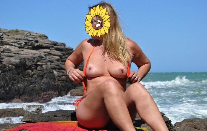 Loirinha casada gostosa pelada na praia