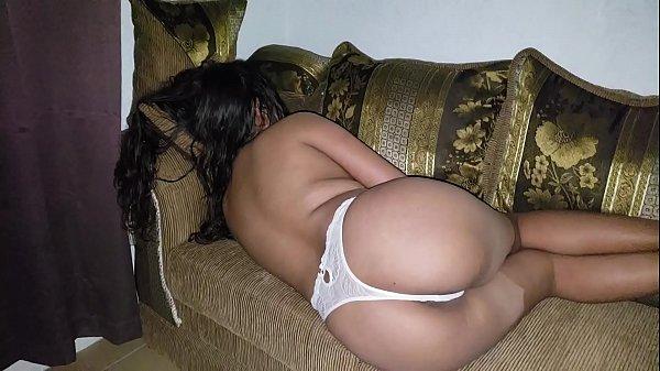 Abusando da esposa dormindo bêbada no sofá