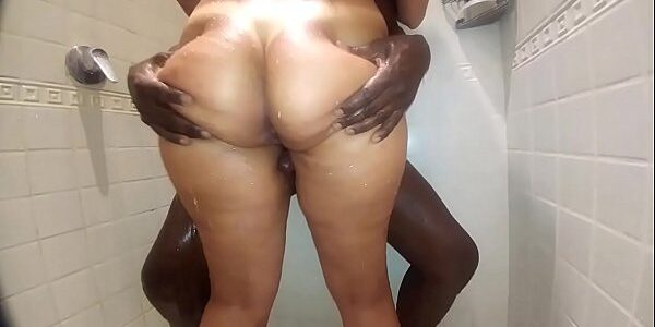 Negrão no banho com a mulher do corno