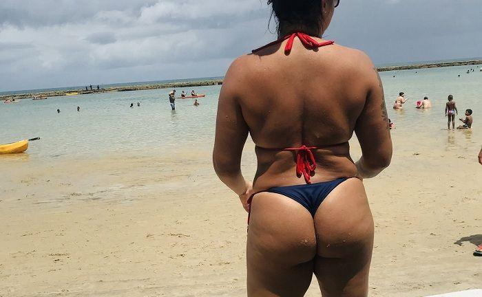 Esposa morena bronzeada depois da praia