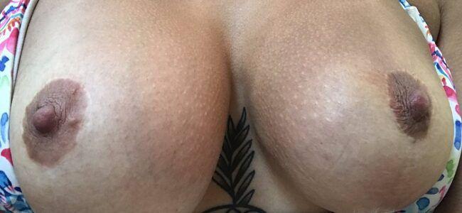 Morena exibindo seus peitos siliconados