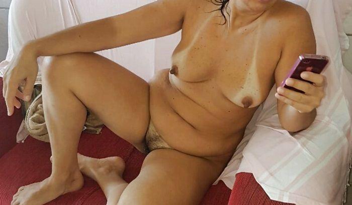 Dona de casa se exibindo pelada