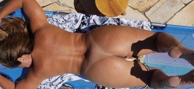 Esposa pelada na beira da piscina