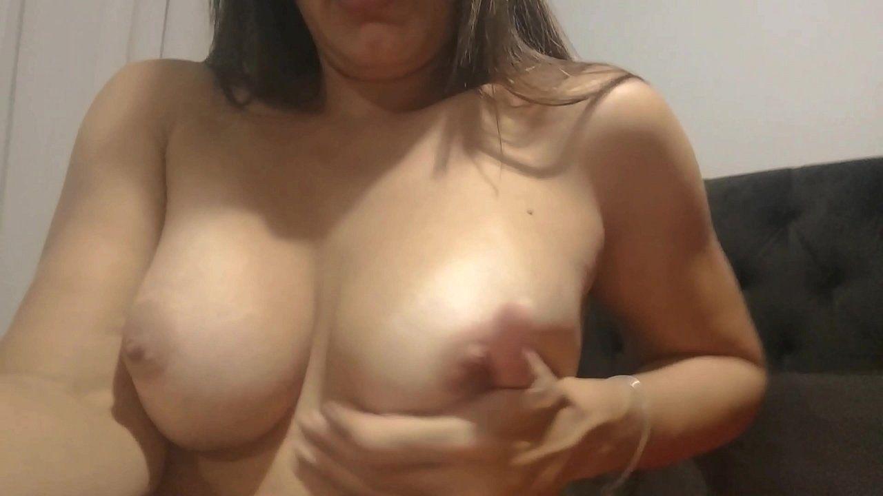 Raquel exibindo suas tetas gostosas