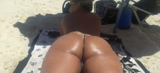 Coroa gostosa de topless na praia