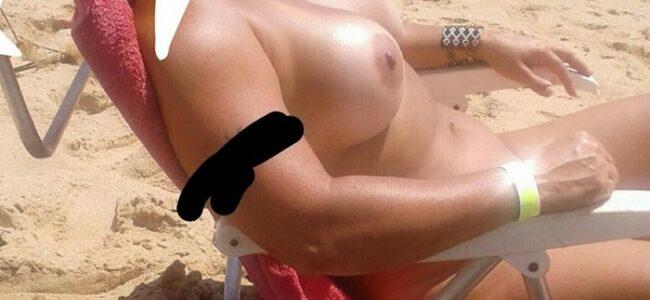 Loira peituda gostosa pelada na praia