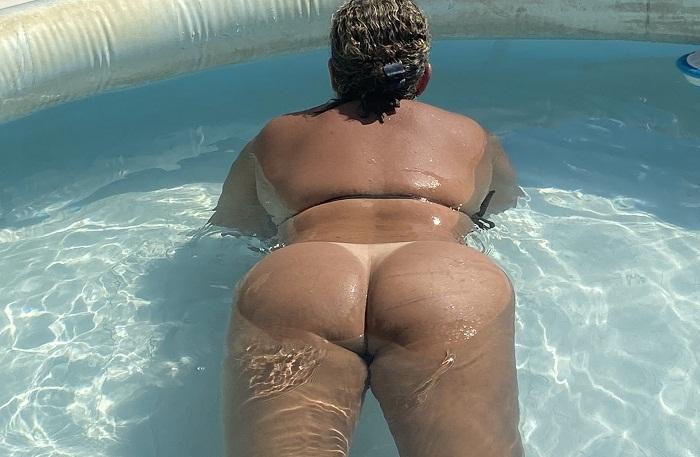 Morena gostosa pelada no quintal da sua casa