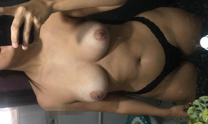 Morena gostosa exibindo os peitinhos bronzeados
