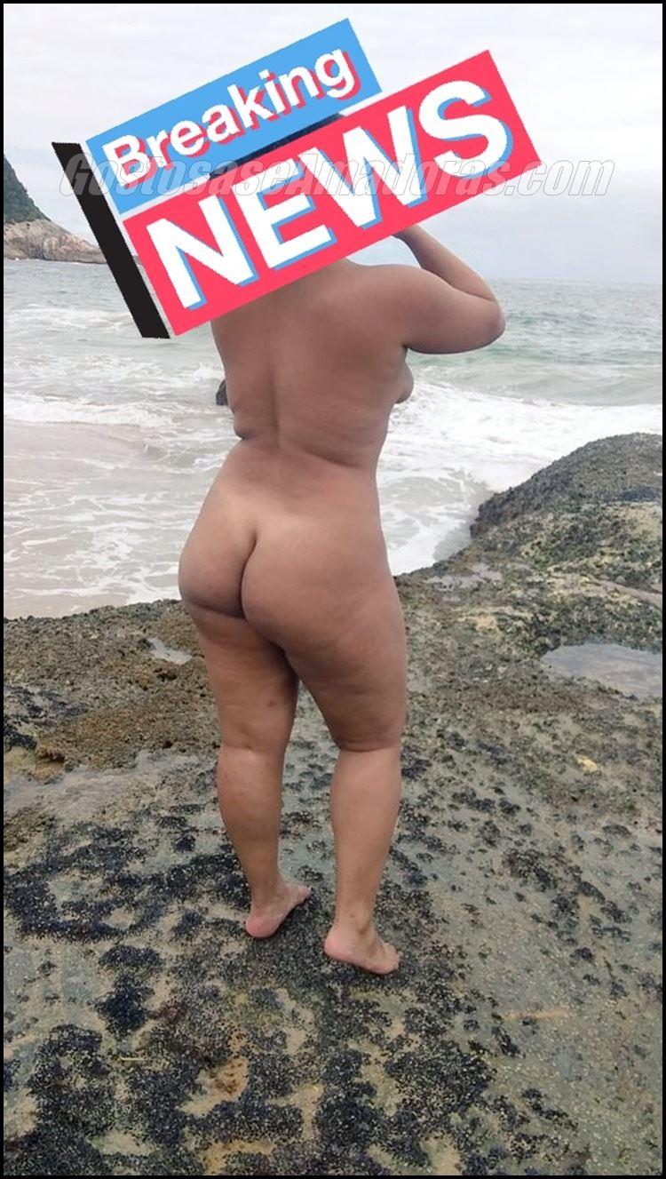 Exibindo-a-esposa-morena-na-praia-8