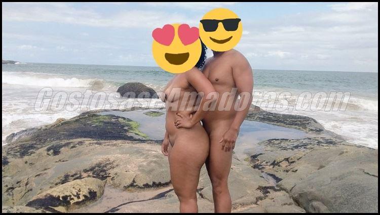 Exibindo-a-esposa-morena-na-praia-9
